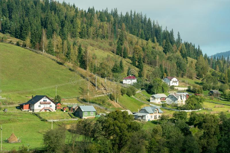 BISTRITA, TRANSYLVANIA/ROMANIA - 18 ΣΕΠΤΕΜΒΡΊΟΥ: Ένα μικρό χωριουδάκι ν στοκ εικόνα με δικαίωμα ελεύθερης χρήσης