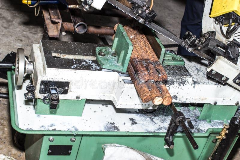 Bitande bandsåg för metall arkivbild