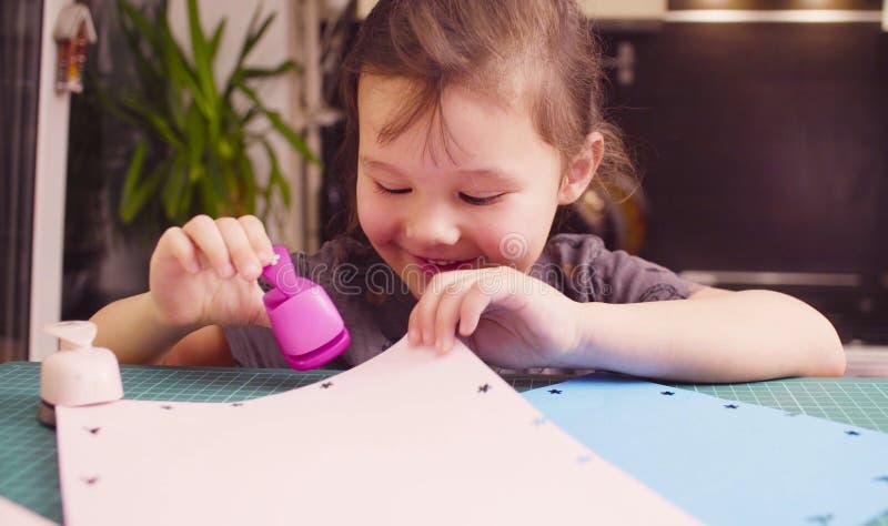 Bitande blommor för liten flicka från vitbok royaltyfri fotografi