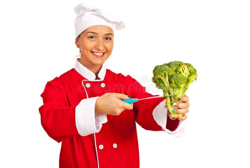 Bitande broccoli för kockkvinna royaltyfria bilder