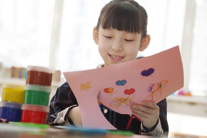 Bitande dra för skolflicka ut i grupp, Peking royaltyfria foton