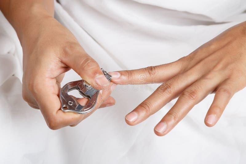 Bitande fingernaglar för hand royaltyfri fotografi