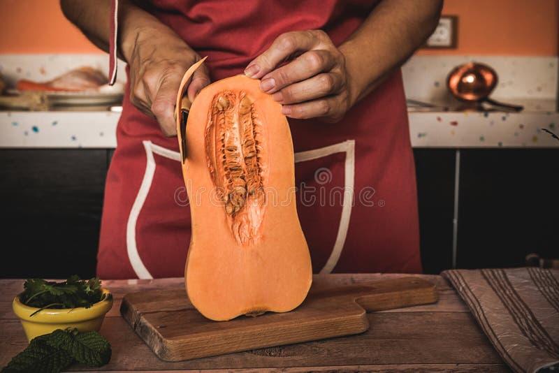 Bitande grönsaker för oigenkännlig kvinna arkivfoton