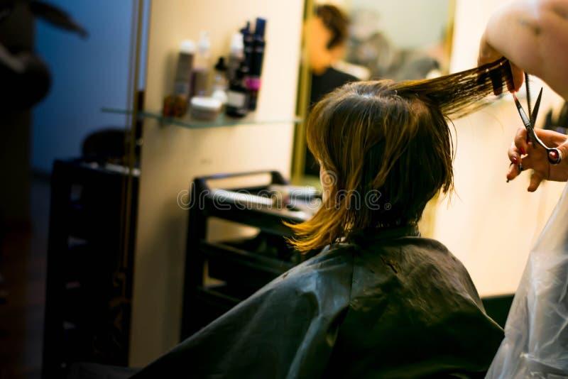 Bitande hår royaltyfria bilder