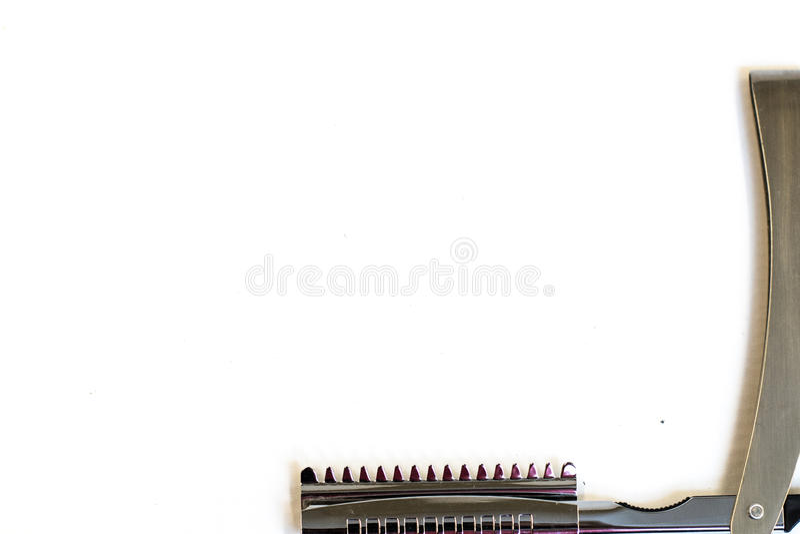 Bitande hjälpmedel för hår på en vit bakgrund arkivfoton