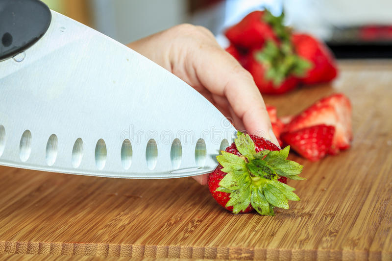 Bitande jordgubbar arkivfoto