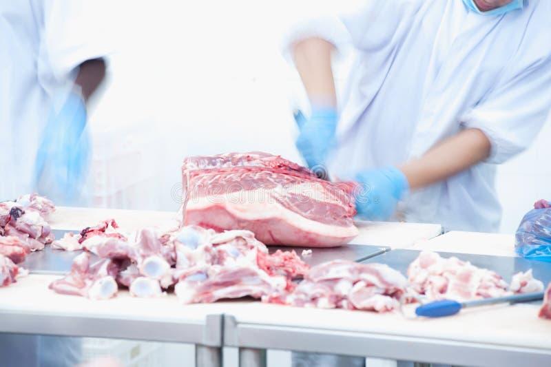 Bitande kött för slaktare på tabellen arkivfoto