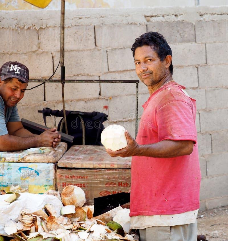 Bitande kokosnöt för man i Havana Cuba royaltyfria foton