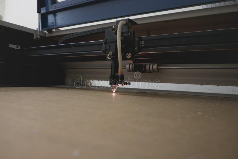 Bitande maskin för laser som snider modeller royaltyfria foton