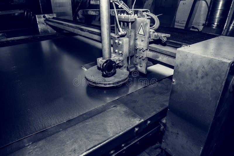 Bitande maskin för plasma, industriell CNC för metallarbete i fabriks- bransch royaltyfria bilder