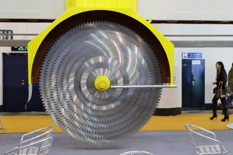 Bitande maskin för sten (den enorma cirkelsågen) royaltyfria foton