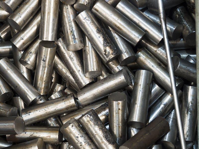 bitande stålstång för att bearbeta med maskin vid CNC-drejbänken royaltyfri bild