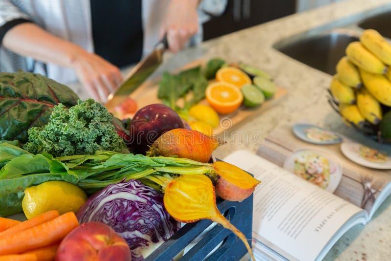 Bitande sunda frukter och grönsaker för ett recept arkivbild