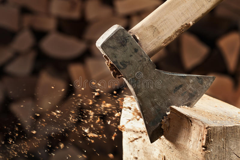 Bitande träsnitt för yxa royaltyfri bild