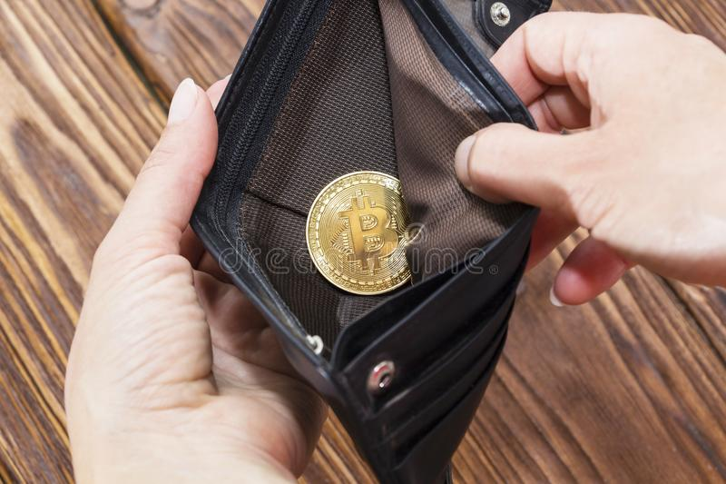Bitcoin与钱包,特写镜头的金币 真正cryptocurrency概念 免版税库存照片
