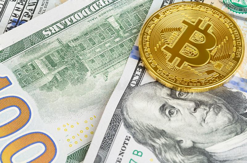 bitcoin两枚硬币在一百美元钞票的  交换一美元的bitcoin现金 库存图片