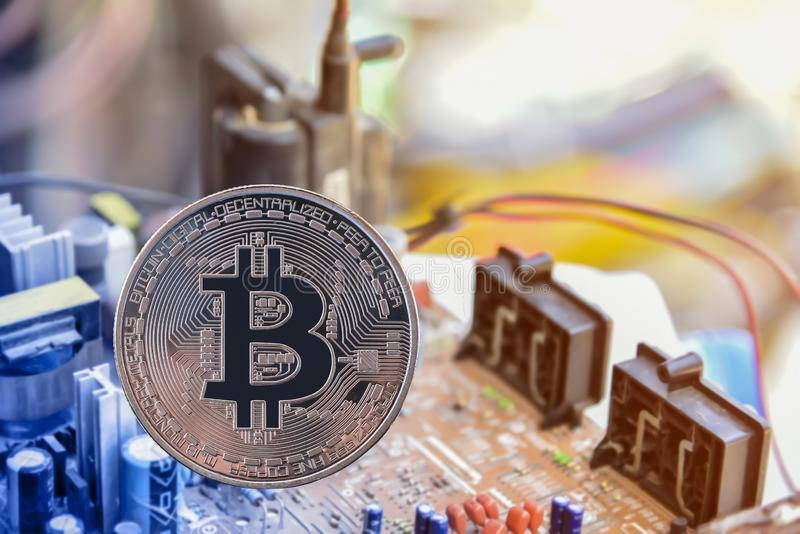 Bitcoin和其他数字象征在电子线路, 库存照片