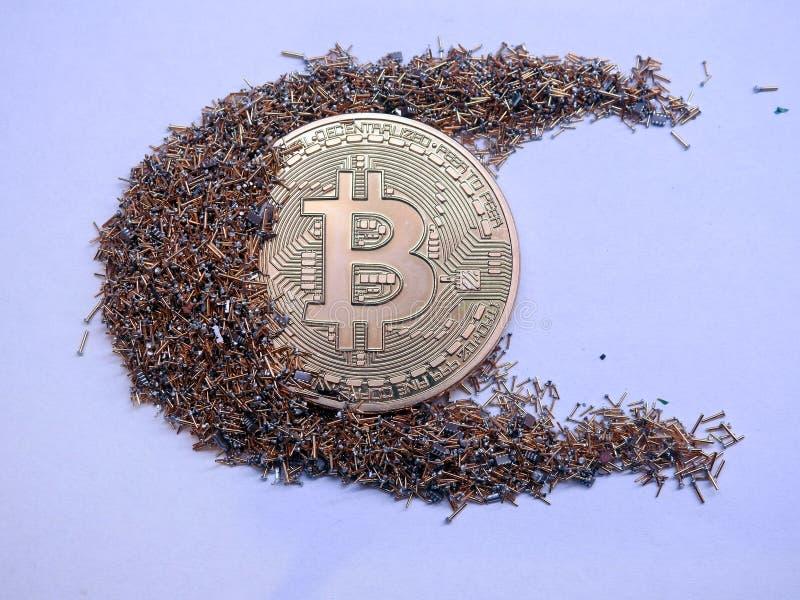 Bitcoin和金黄cpu别针 库存图片