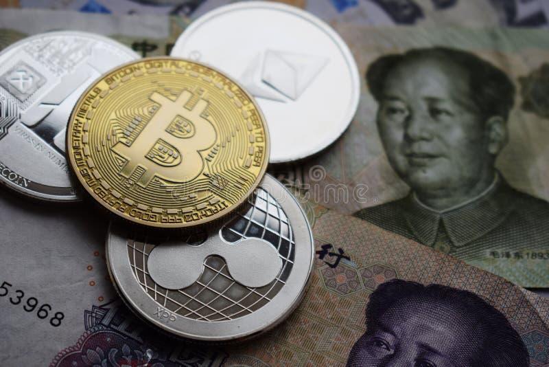 Bitcoin和Litecoin,起波纹在中国人元钞票的Ethereum硬币 免版税库存照片