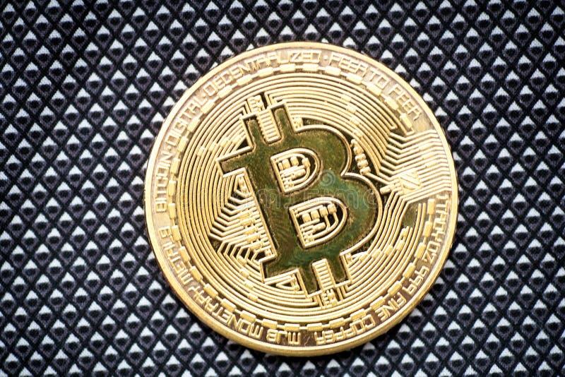 Bitcoin商标金币为时隐藏货币和技术blockchain块式链的bitcoin标志 库存照片