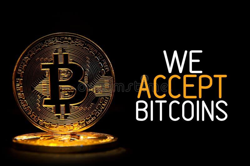 Bitcoin在与我们接受BITCOINS的文本的黑色隔绝了 免版税库存照片