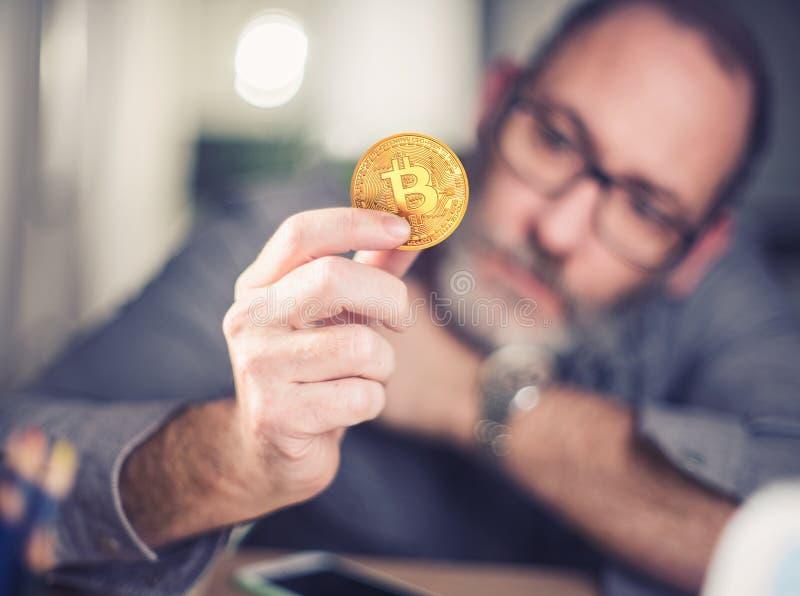 Bitcoin在手中商人 图库摄影