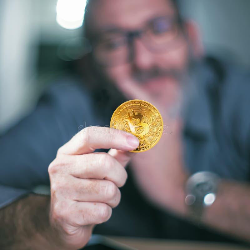 Bitcoin在手中商人 免版税图库摄影