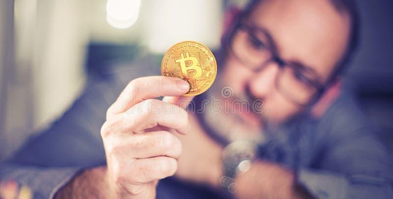 Bitcoin在手中商人 免版税库存照片