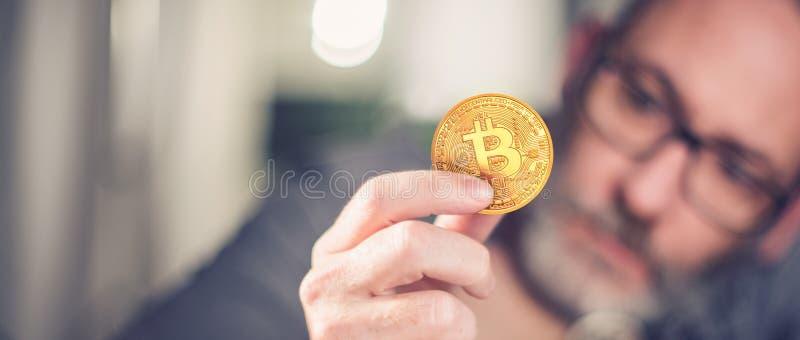 Bitcoin在手中商人 免版税库存图片