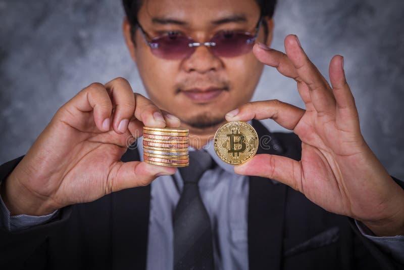 Bitcoin在手中商人 库存照片