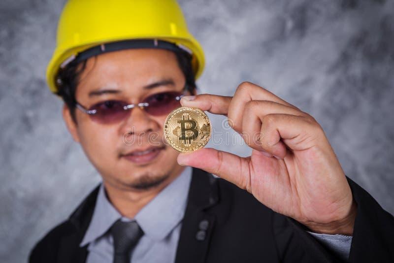 Bitcoin在手中工程师 库存照片