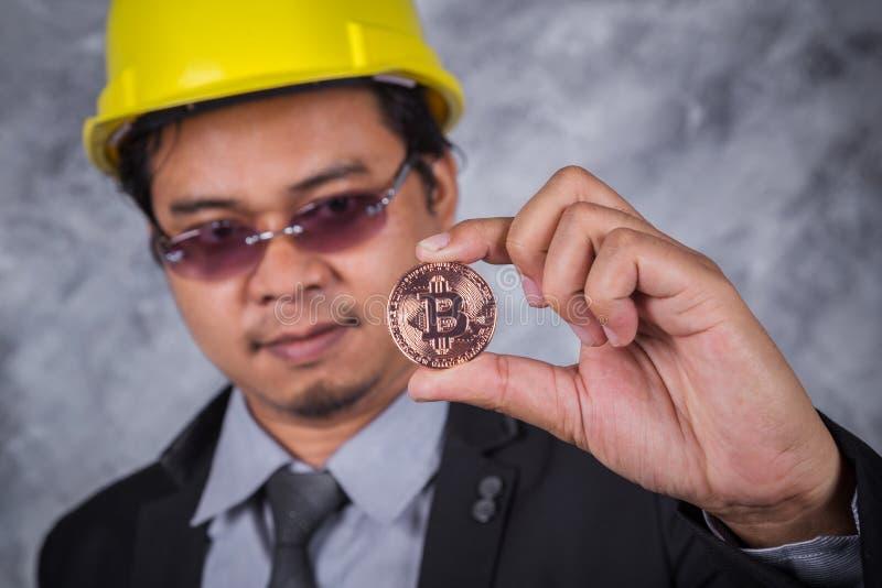 Bitcoin在手中工程师 免版税图库摄影