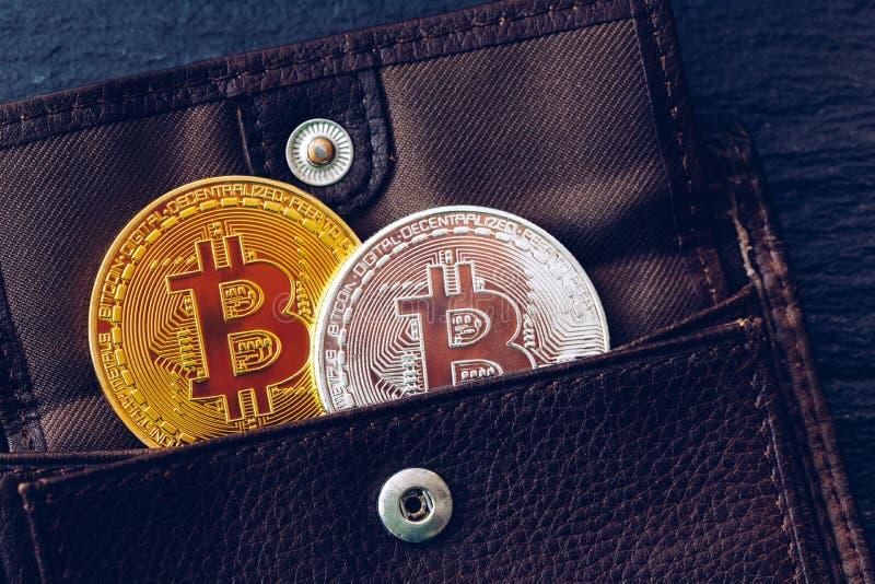 Bitcoin在棕色皮革钱包里 Bitcoin,现代真正cryptocurrency 从开采隐藏货币的赢利 Bitcoin?? 免版税库存图片