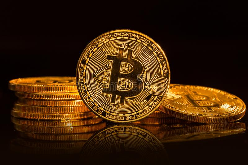 Bitcoin在黑背景的金币 免版税图库摄影