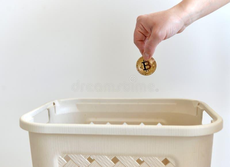 Bitcoin手投掷的金币  Bitcoin概念 库存图片