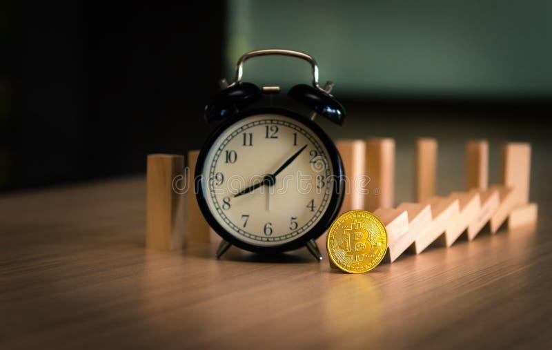 bitcoin的时刻与alrm时钟、证券交易所和下降趋势c 免版税库存图片