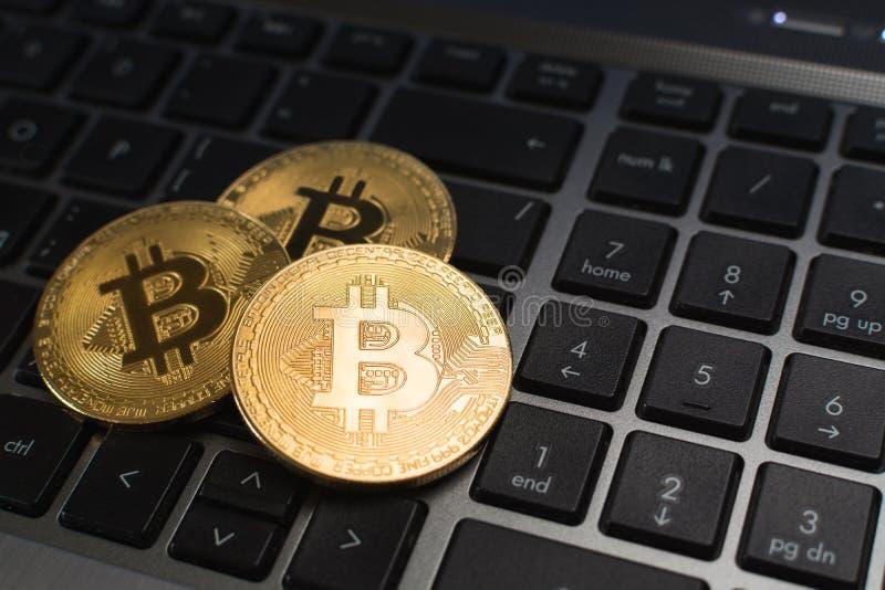 Bitcoin说谎在膝上型计算机键盘的cryptocurrency硬币 库存照片