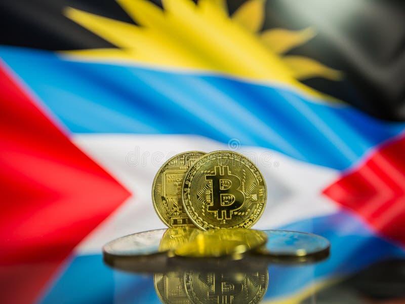 Bitcoin金币和安提瓜和巴布达背景defocused旗子  免版税库存图片
