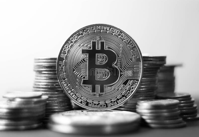 Bitcoin金币 Cryptocurrency概念 真正货币后面 免版税图库摄影