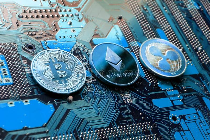 Bitcoin, Ethereum,波纹在计算机主板,投资概念的cryptocurrency铸造 免版税库存照片