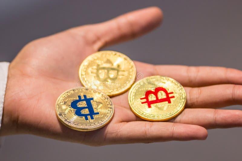 Bitcoin à disposição, guerra do bitcoin, bitcoin com corpo a corpo, m da tração imagens de stock royalty free