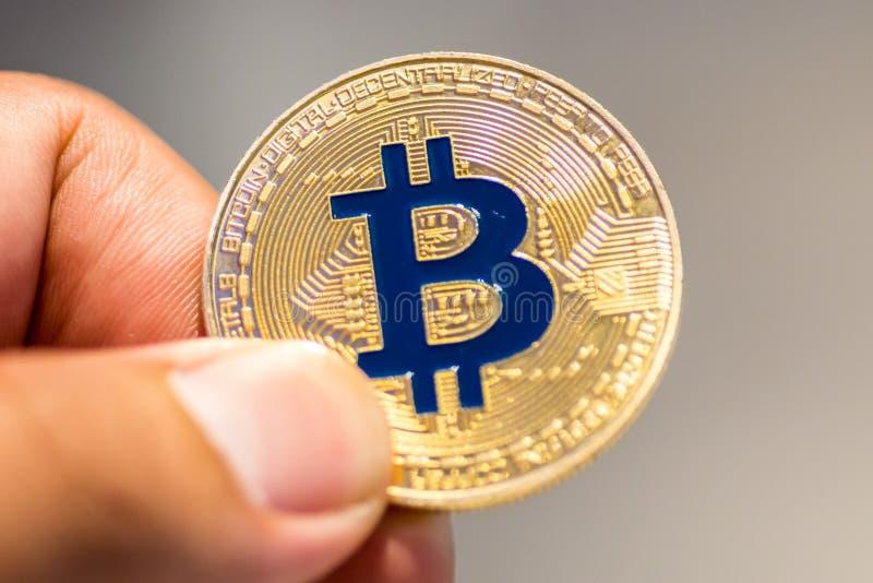 Bitcoin à disposição, guerra do bitcoin, bitcoin com corpo a corpo, m da tração imagem de stock
