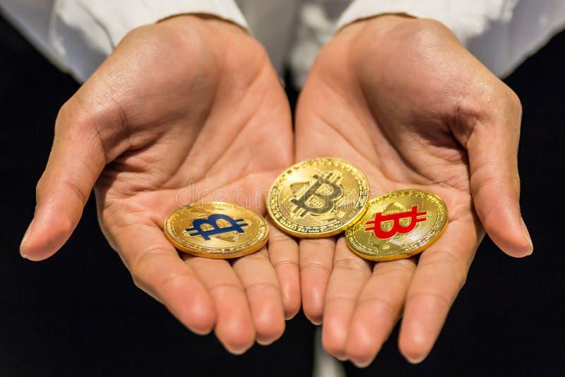 Bitcoin à disposição, guerra do bitcoin, bitcoin com corpo a corpo, m da tração foto de stock royalty free