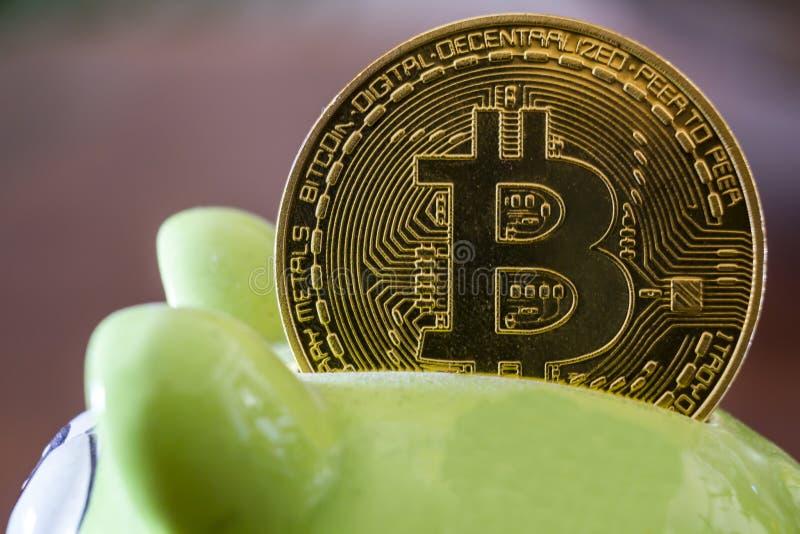 Bitcoin à une tirelire Cryptocurrency et concept d'économie photos stock