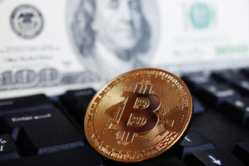 Bitcoin σε ένα πληκτρολόγιο υπολογιστών στο υπόβαθρο του αμερικανικού δολαρίου, το σύμβολο των ηλεκτρονικών εικονικών χρημάτων κα στοκ φωτογραφία με δικαίωμα ελεύθερης χρήσης