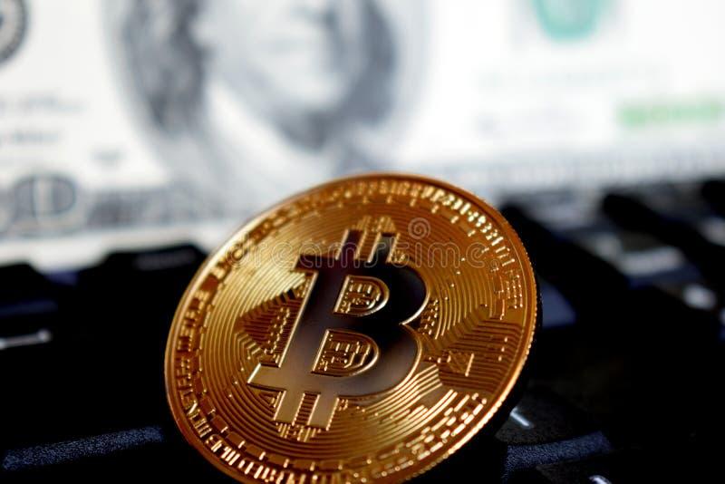 Bitcoin σε ένα πληκτρολόγιο υπολογιστών στο υπόβαθρο του αμερικανικού δολαρίου, το σύμβολο των ηλεκτρονικών εικονικών χρημάτων κα στοκ εικόνα με δικαίωμα ελεύθερης χρήσης