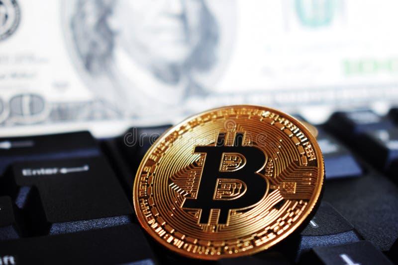 Bitcoin σε ένα πληκτρολόγιο υπολογιστών στο υπόβαθρο του αμερικανικού δολαρίου, το σύμβολο των ηλεκτρονικών εικονικών χρημάτων κα στοκ εικόνες