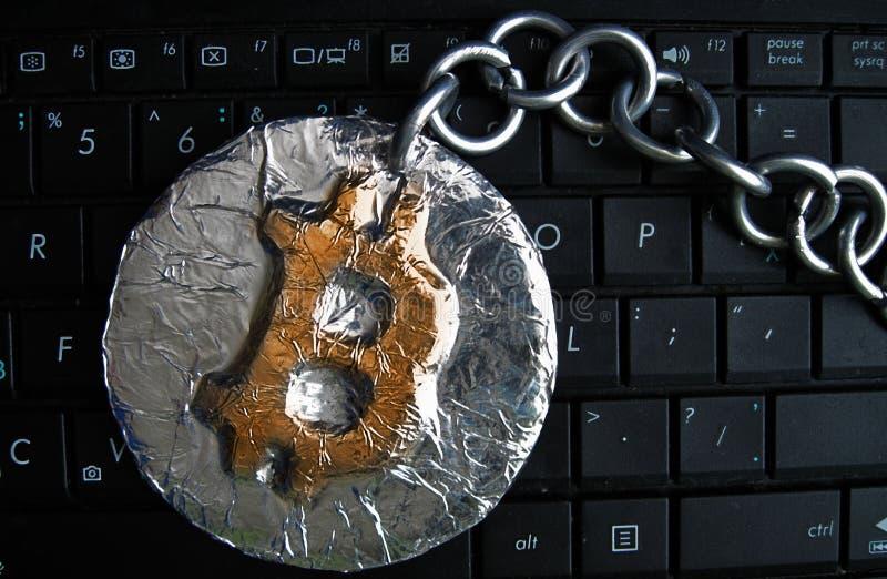 Bitcoin łańcuch Real moneta łącząca metalu łańcuchem crypto waluta jest na komputerowej klawiaturze fotografia stock