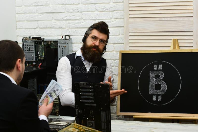 Bitcoin αποδεκτό εδώ Επιχειρηματίες στο γραφείο γραφείων Γενειοφόρο σημείο ατόμων στο σύμβολο bitcoin Χρήματα μετρητών λαβής πελα στοκ εικόνες