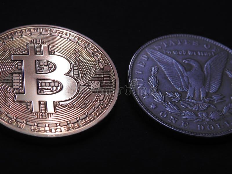 Bitcoin και παλαιό ασημένιο δολάριο του Morgan στοκ εικόνες με δικαίωμα ελεύθερης χρήσης